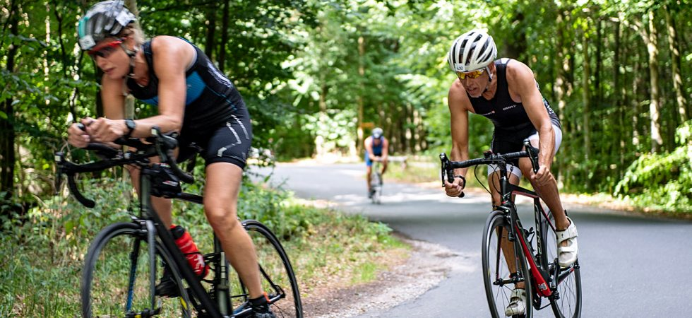Enkeltstartcykel og racecykel på vej gennem Teglværksskoven.