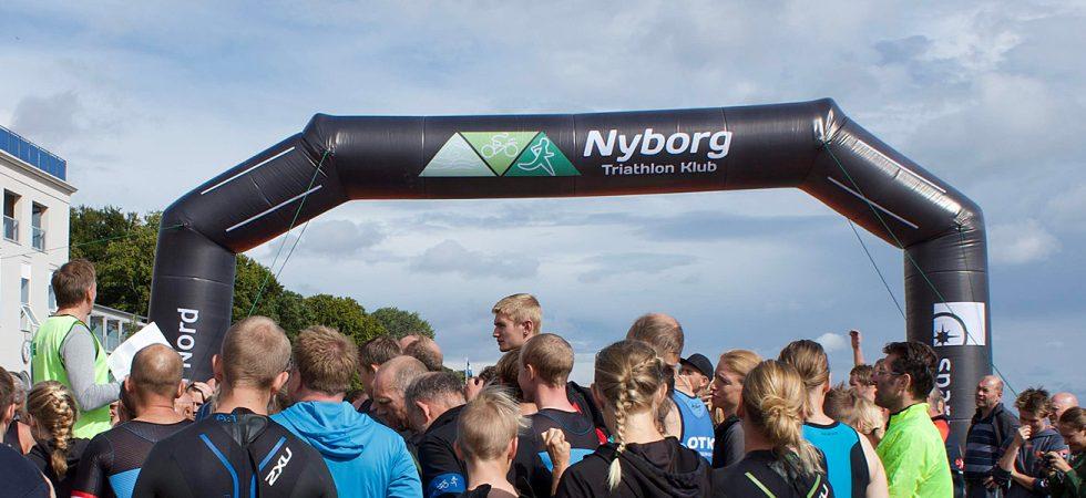Stævneinfo 2018 ved Målportal foran Hotel Nyborg Strand