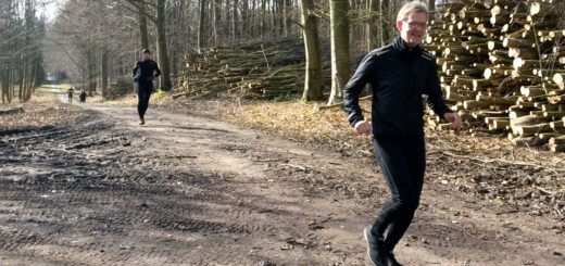 Løbetræning i skoven i foråret, med god afstand mellem løberne.