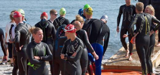 Triatleter i våddragt på stranden til Nyborg Minitri 2019