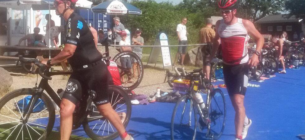 Minitriatlon ved stranden - skifte fra svømning til cykel
